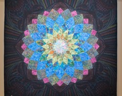 Midnight Dahlia by Elaine Putnam, Quilted by Gina Perkes